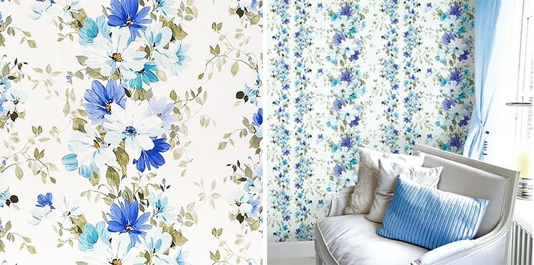 Tapet cu flori albastre și fotoliu de culoare deschisa cu o perna albastra