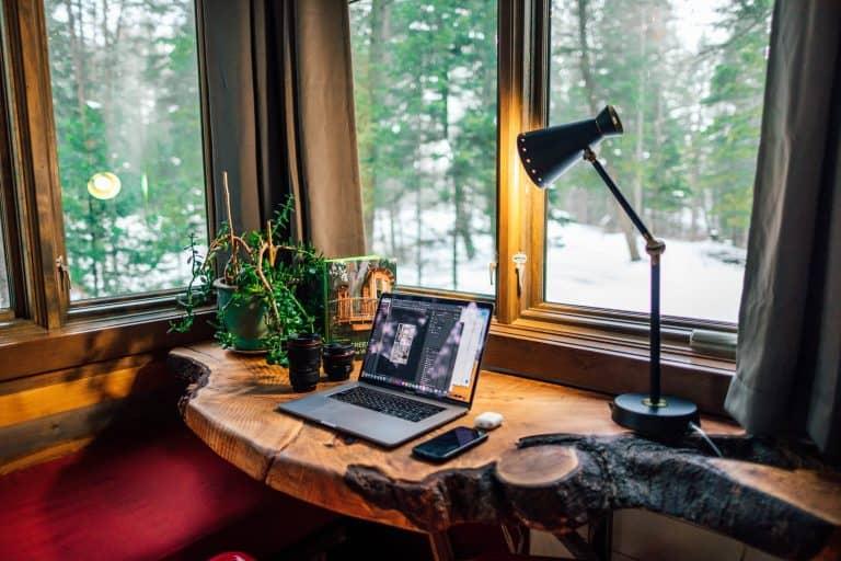 Masa de birou la geam