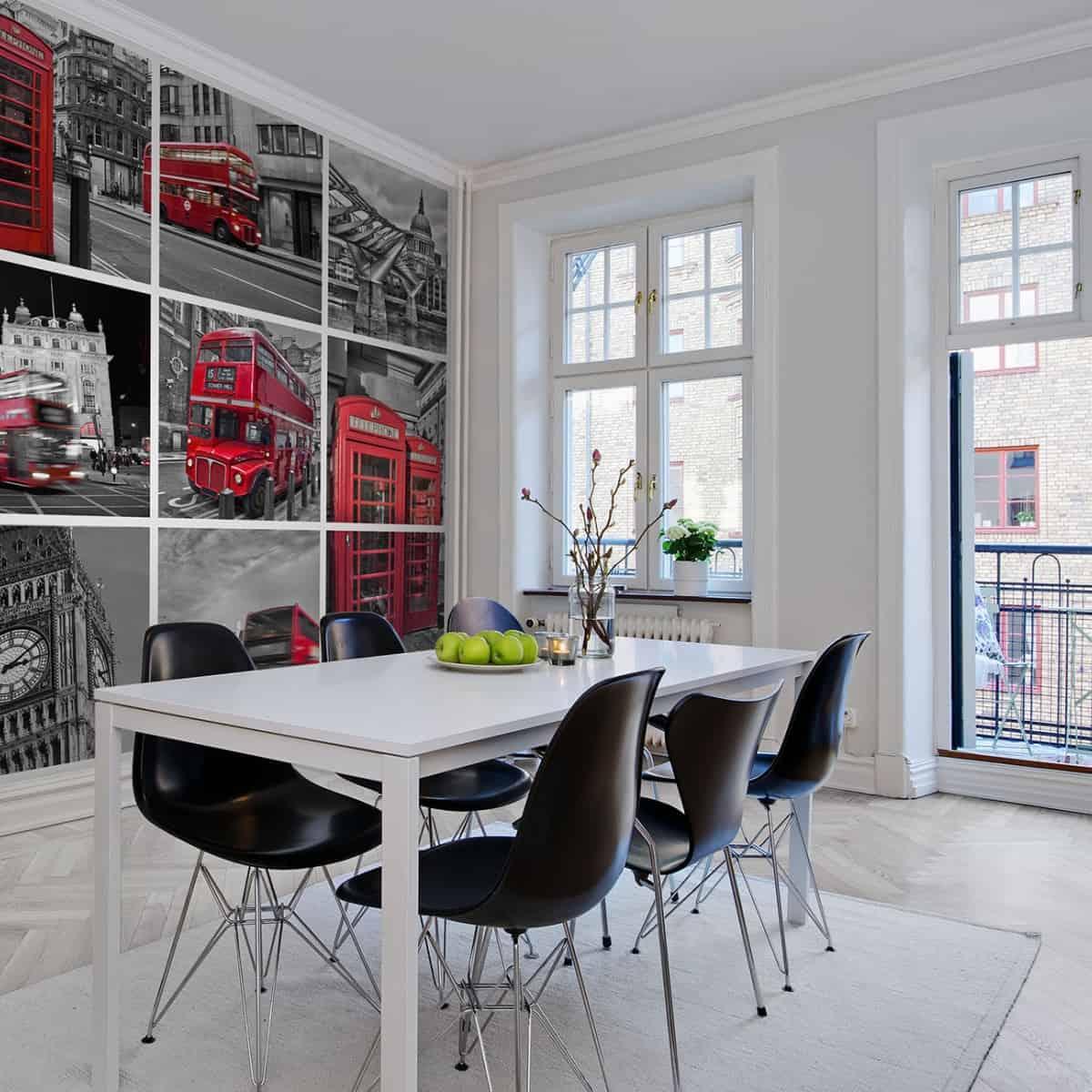fototapet cu Londra, in tonuri de gri si rosu aplicat peste vopseaua lavabila intr-un spatiu de luat masa in stil modern, cu o masa alba cu sase scaune negre, podea alba si ferestre mari