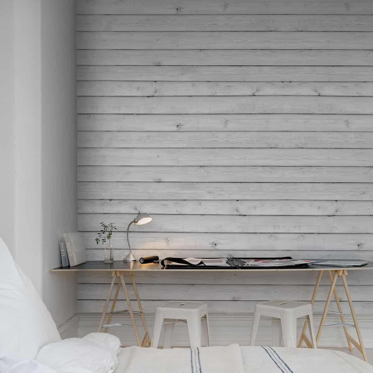 Спальня украшена белыми обоями, которые инициирует окрашенное дерево, с белыми и светлыми элементами декора
