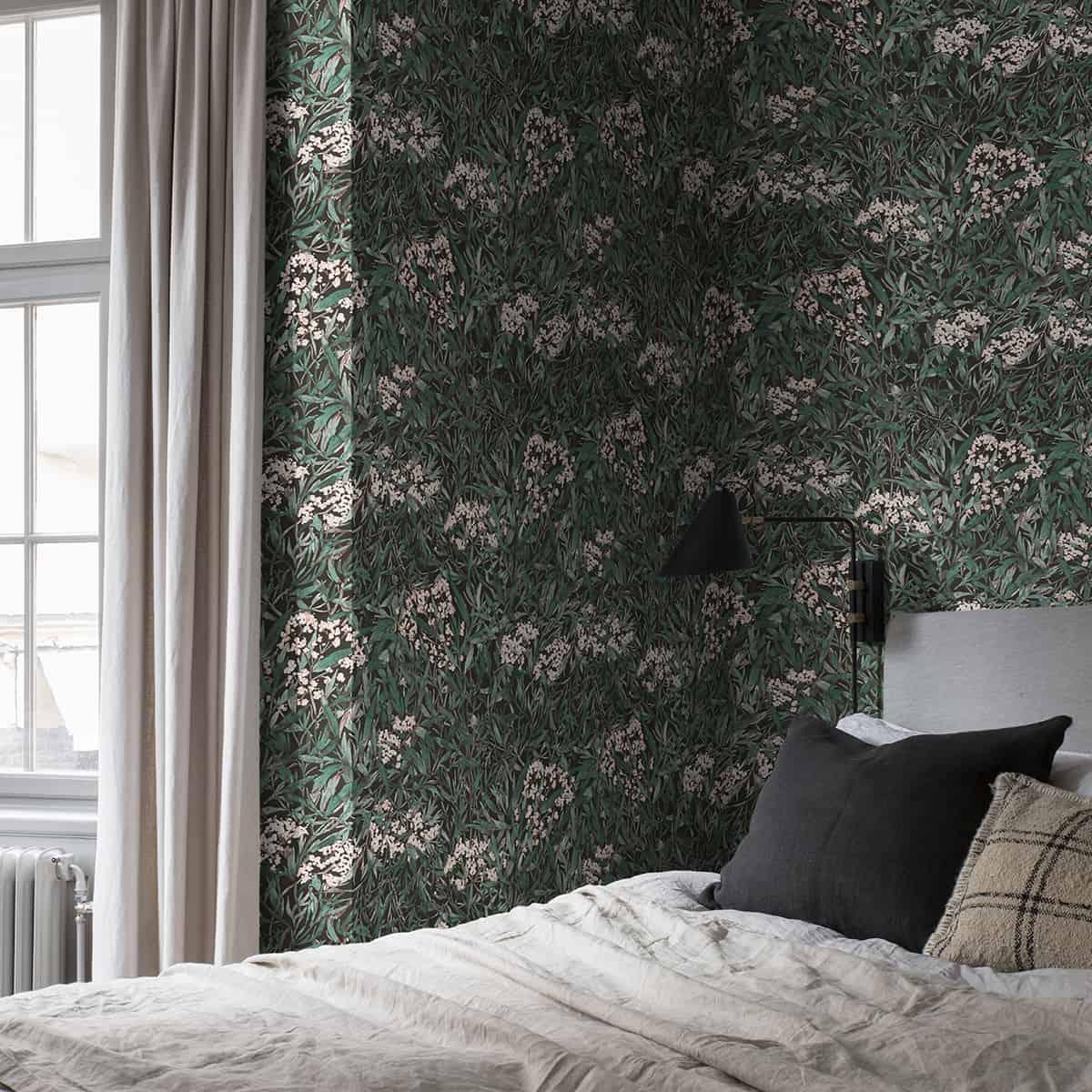 спальня украшена зелеными обоями, с бежевыми шторами и постелью с бельем в белых, черных и коричневых тонах