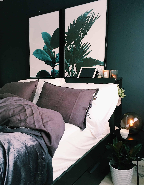 ярко-зеленая обнесенная стеной спальня с бело-коричневой двуспальной кроватью и черно-белым декором
