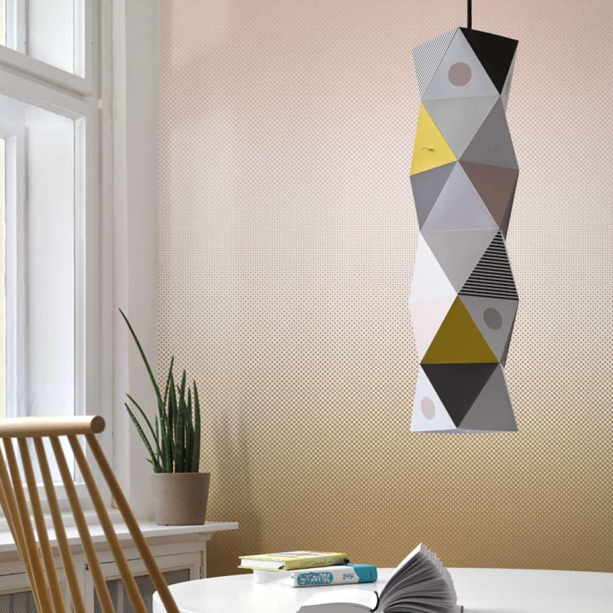 colt de bucatarie cu tapet alb, fereastra mare cu rame albe, o lustra moderna care atârna peste masa si scaun maro