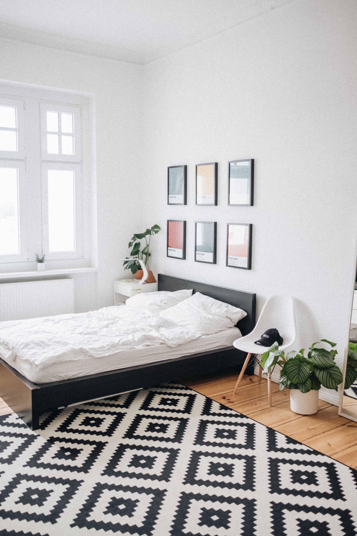 dormitor in stil scandinav, caracterizat de lipsa perdelelor la geam