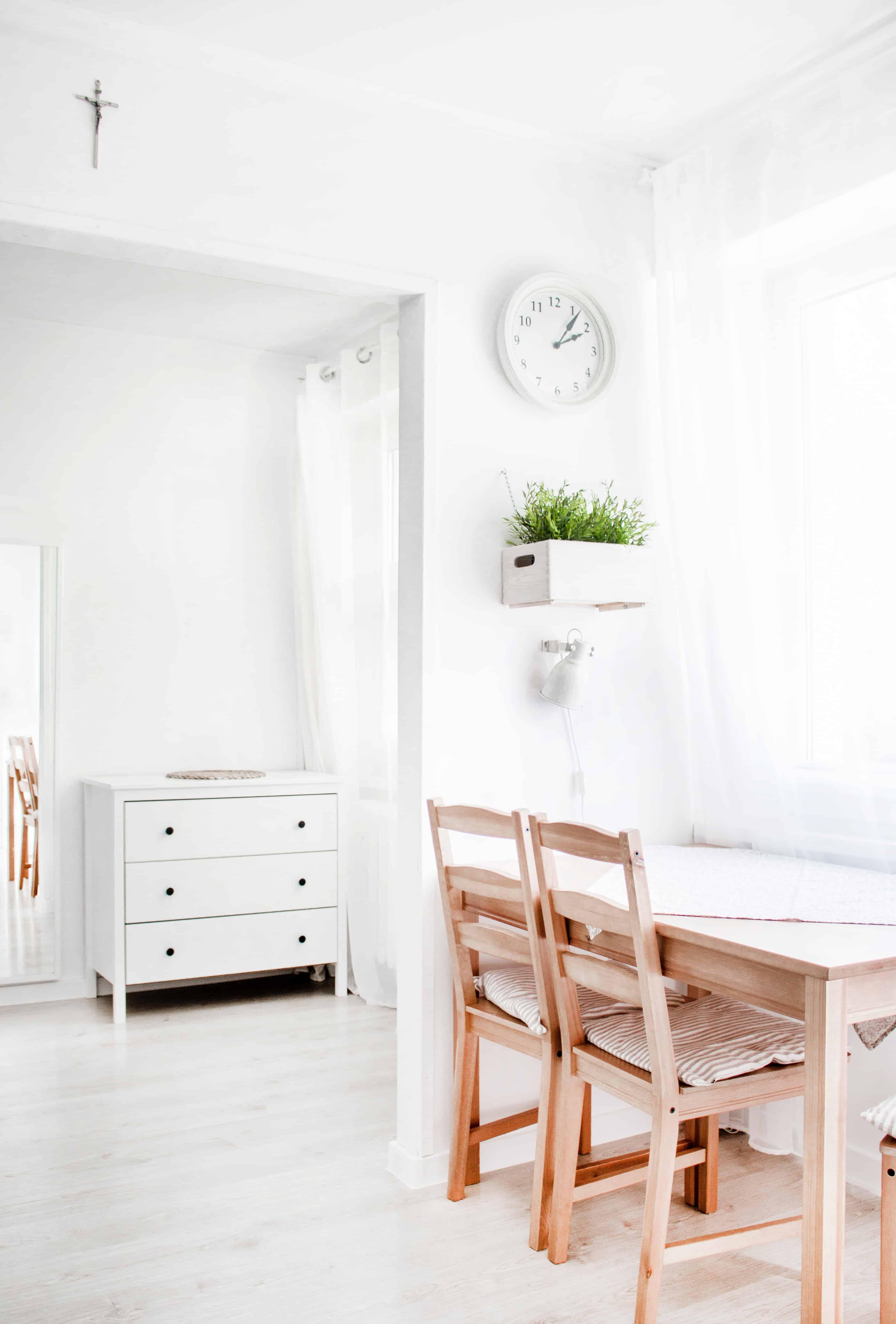 living decorat in stil scandinav, in tonuri de alb si maro, foarte luminat
