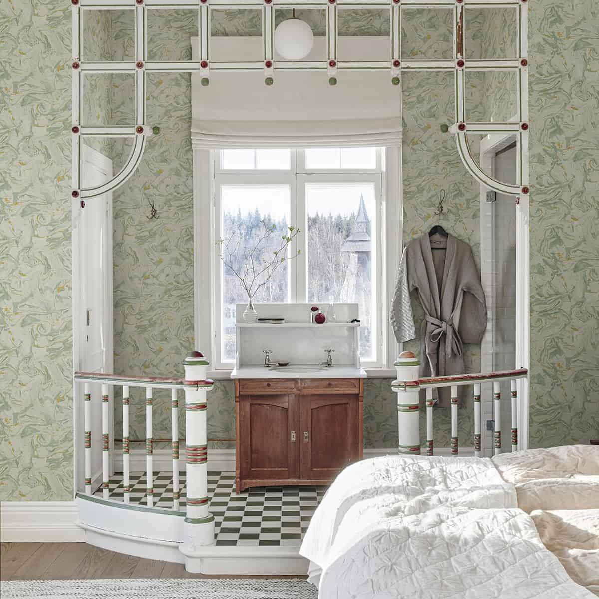 Tapet in stil scandinav, in tonuri de verde pal, intr-un dormitor cu design scandinav, cu baie open space si fereastra