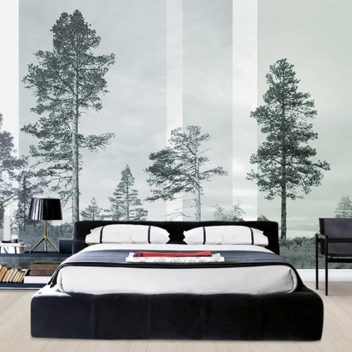 Dormitor in stil scandinav cu perete-accent cu fototapet cu brazi, in tonuri de gri si negru