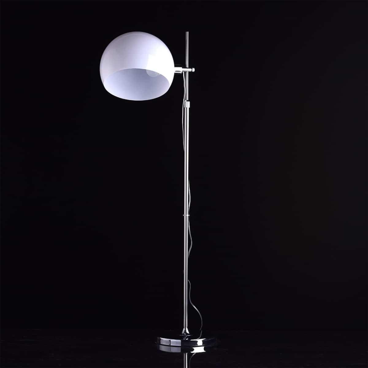 Lampadar cromat, argintiu cu alb, cu un singur glob mare, pe fundal negru