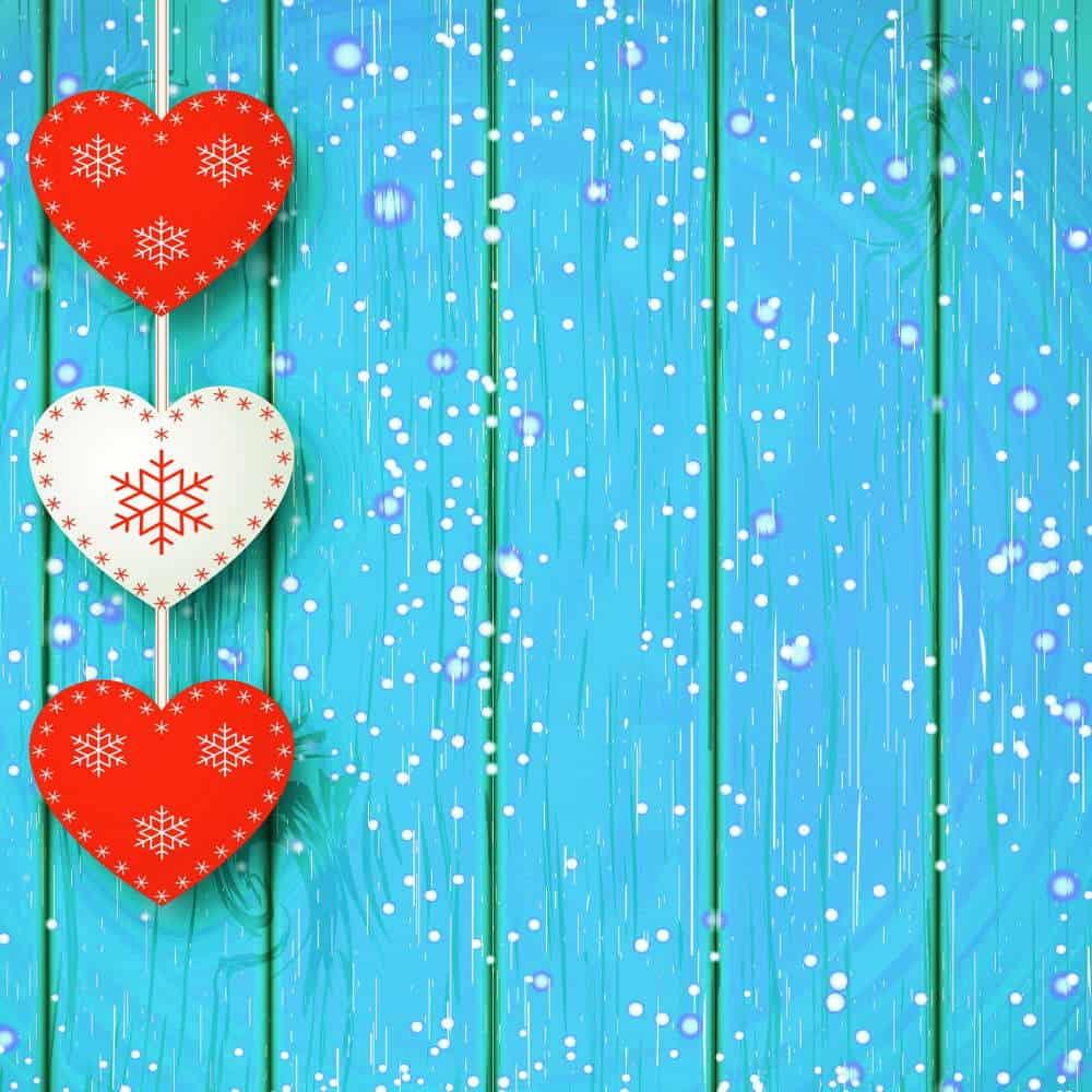 decoratiuni de craciun ghirlanda sub forma de inimiaore albe si rosii pe fundal albastru