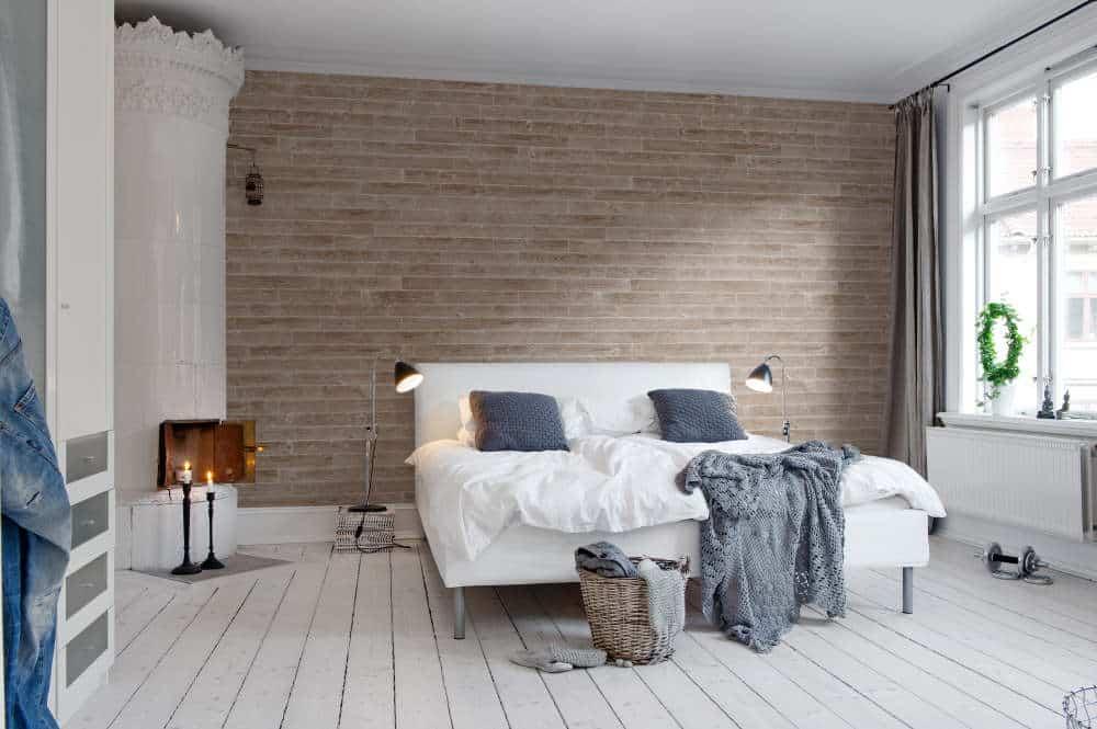 dormitor decorat cu un perete accent si pat pe mijloc