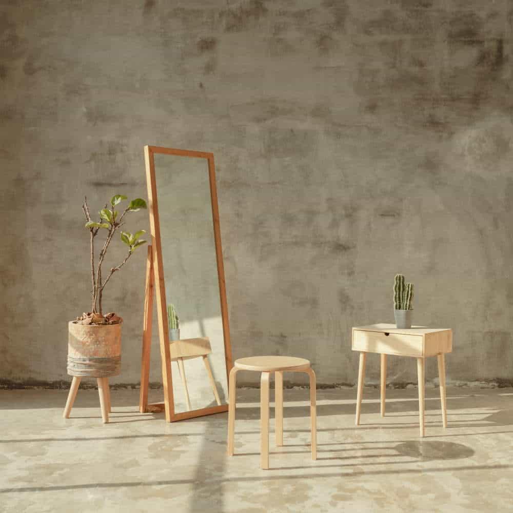 scaun, noptiera si oglinda in camera