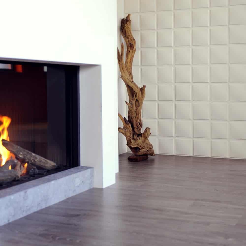 camera decorata cu panou decorativ alb si parchet din lemn