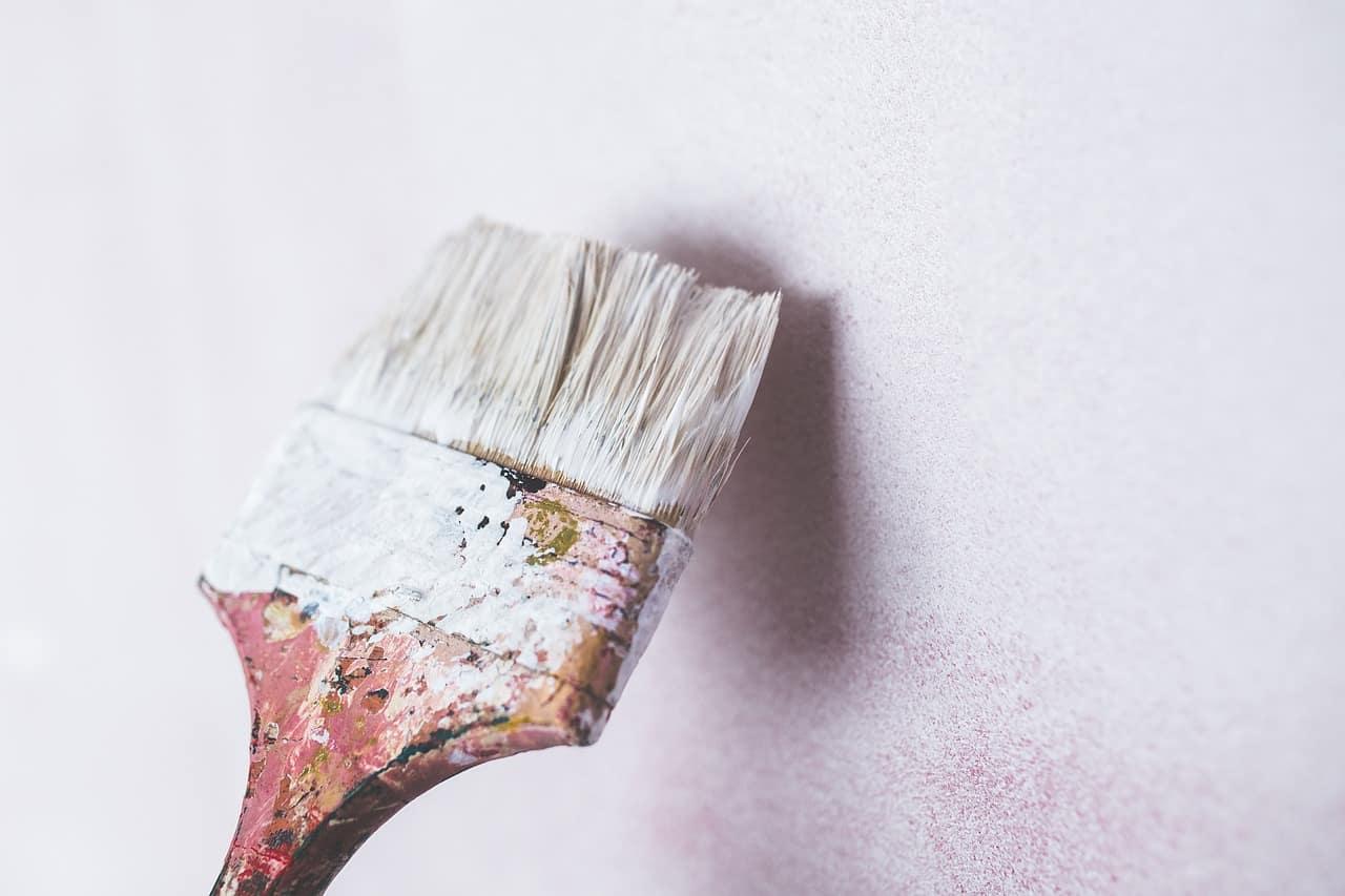 Pensulă cu mâner din lemn pentru de vopsit pereții în nuanța albă