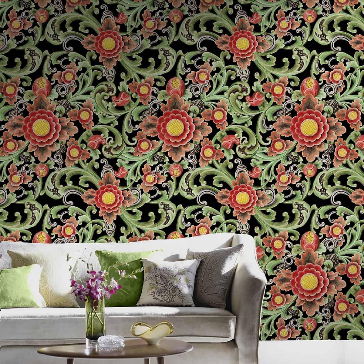 canapea textilă de culoare gri, cu pernute gri si verzi, langa un perete cu tapet floral