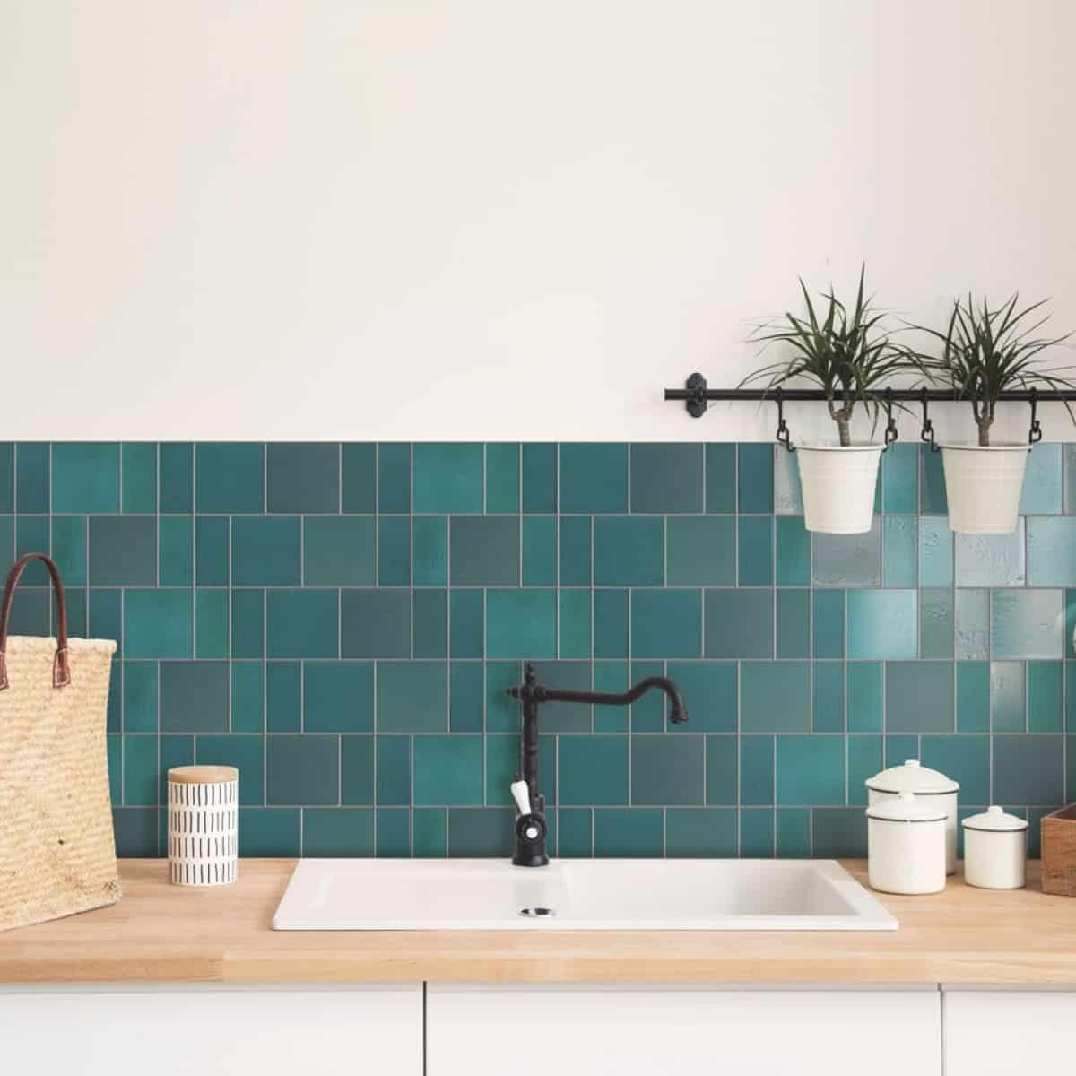 placi ceramice dreptunghiulare de faianta in culoarea verde petrol pentru o bucatarie in tendinte in 2020