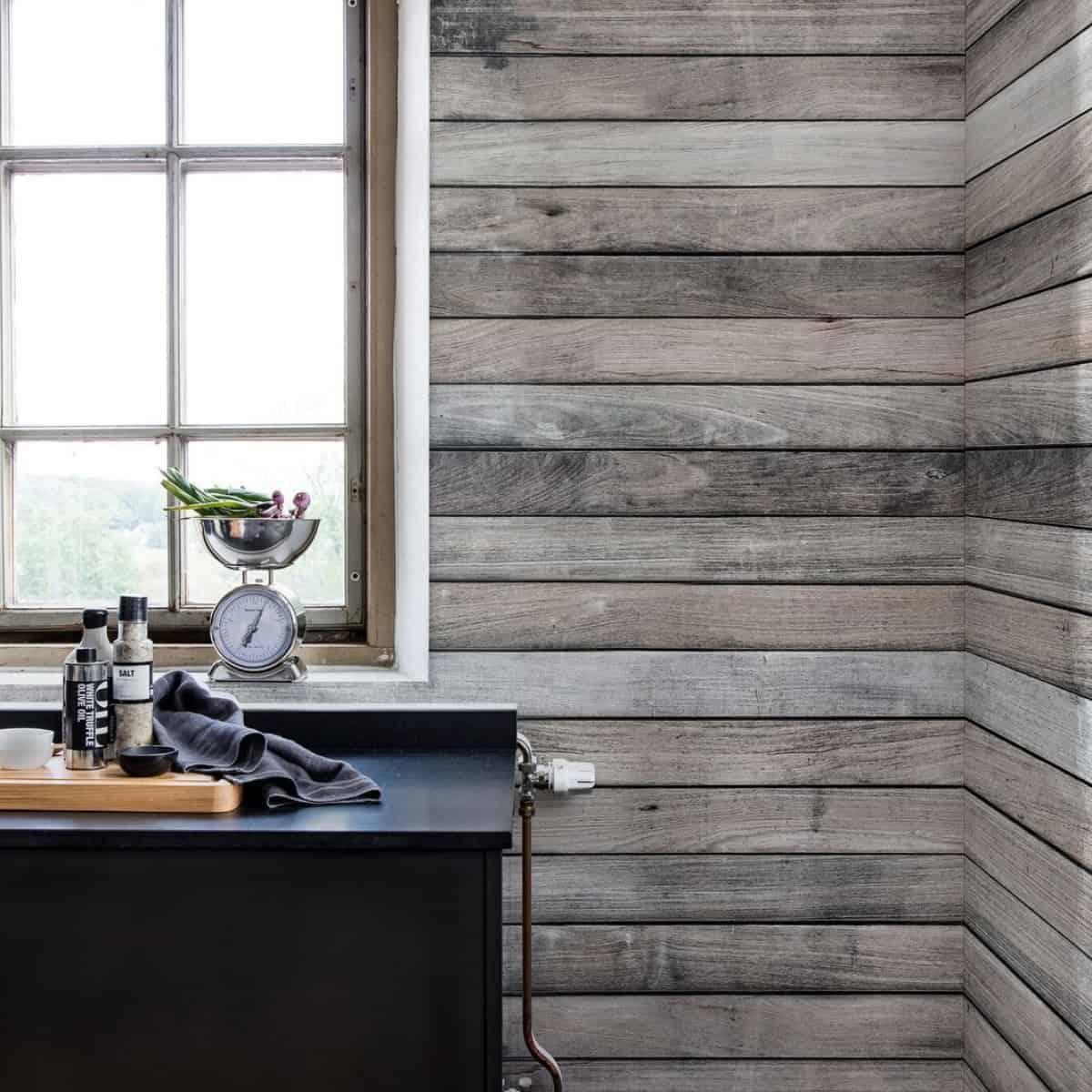 perete cu fototapet care imita scandurile din lemn este în topul culorilor pentru bucătărie în 2020