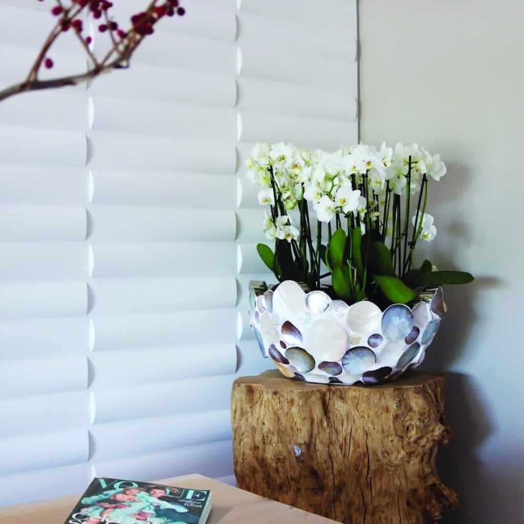 perete cu panouri decorative 3D albe in forma dreptunghiulară