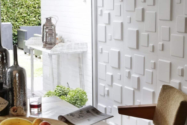 Living cu panou decorativ alb cu forme geometrice