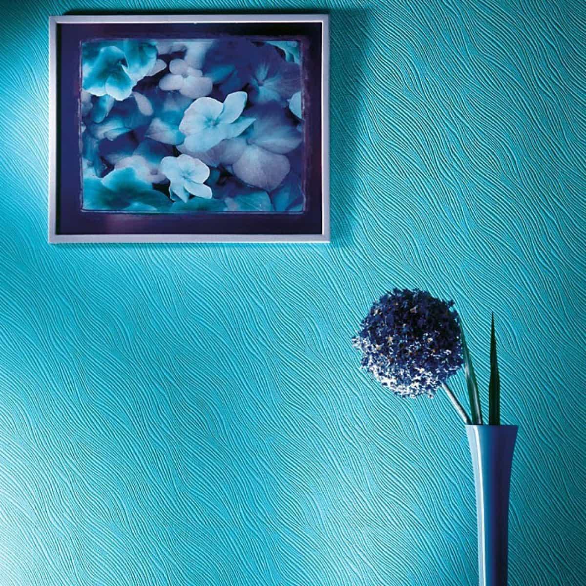 perete cu tapet vopsibil in nuanta albastra, una dintre cele mai populare culori pentru bucatarii in 2020