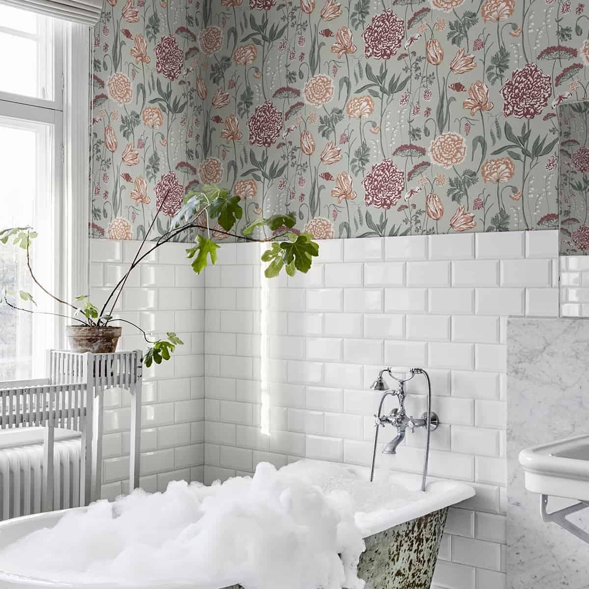 monatare tapet cu flori pe fundal verde intr-o baie retro decorata in alb, verde si tonuri de gri