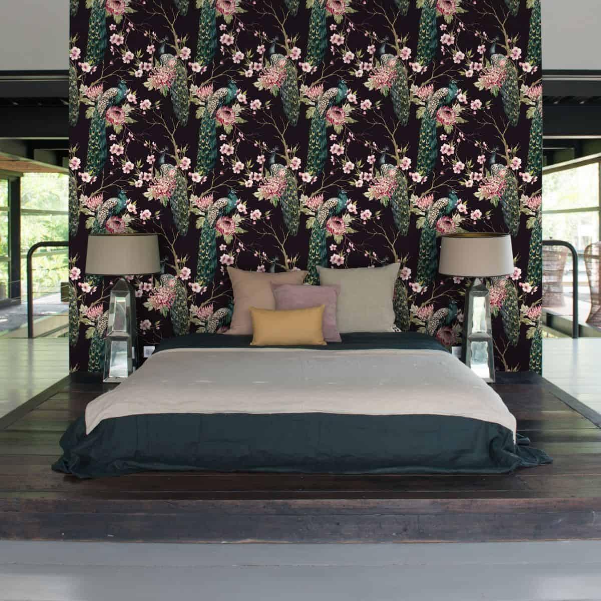 montare tapet tavan cu pauni verzi asezati pe ramuri cu flori roz pe fundal negru