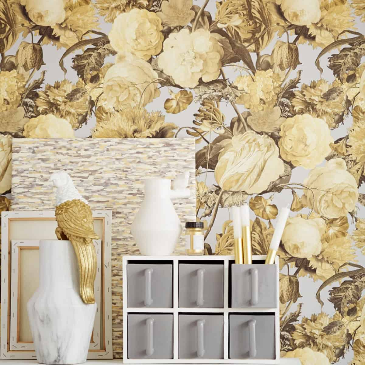 Tapet pentru peretii dormitorului cu flori aurii