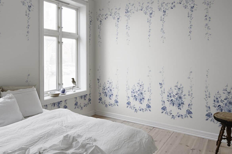 tapet dormitor pereti albi cu flori albastre in stil scandinav