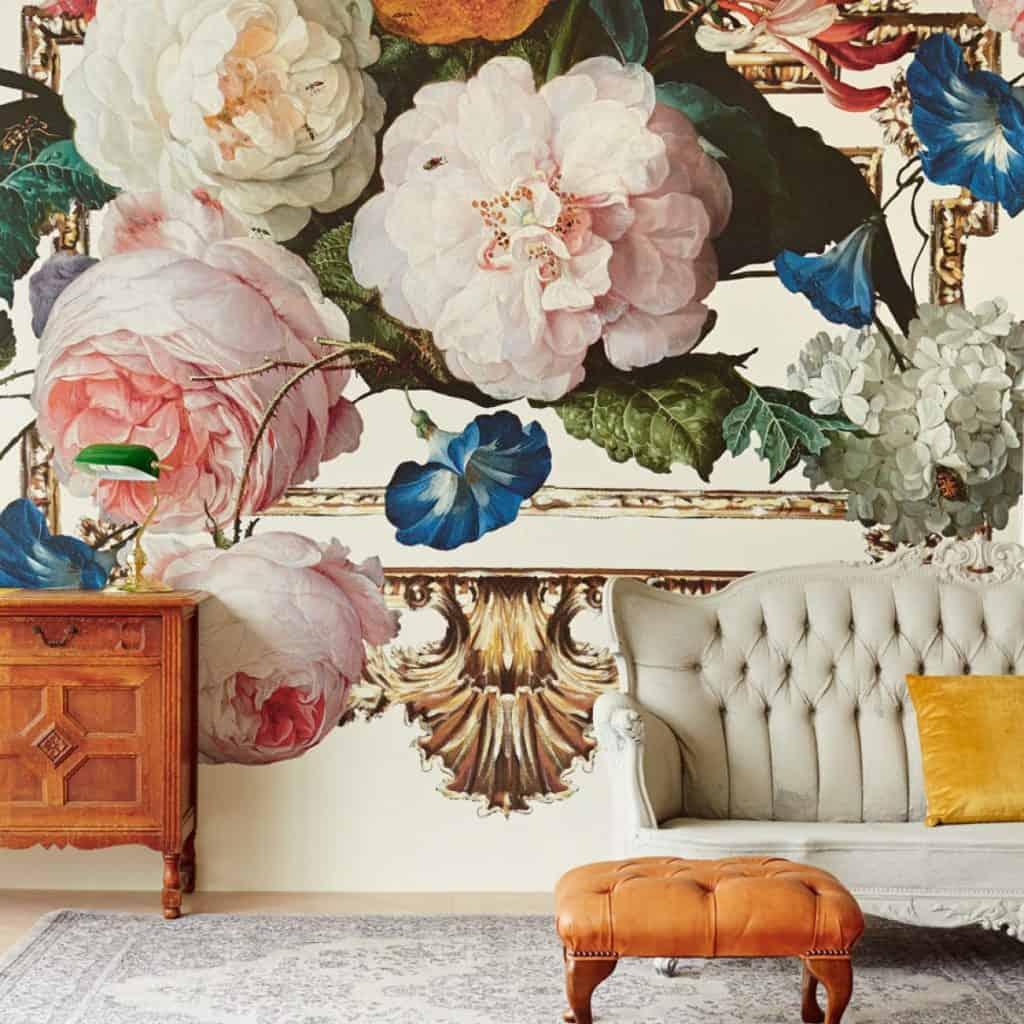 Tapet cu motiv floral in stil retro pentru living de culoare crem pe fundal cu flori roz pal, albastre si albe