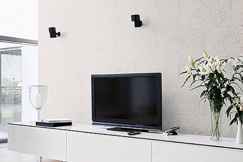 living room cu panouri decorative din pluta de culoare alba montate in spatele televizorului si al unui corp de mobilier alb