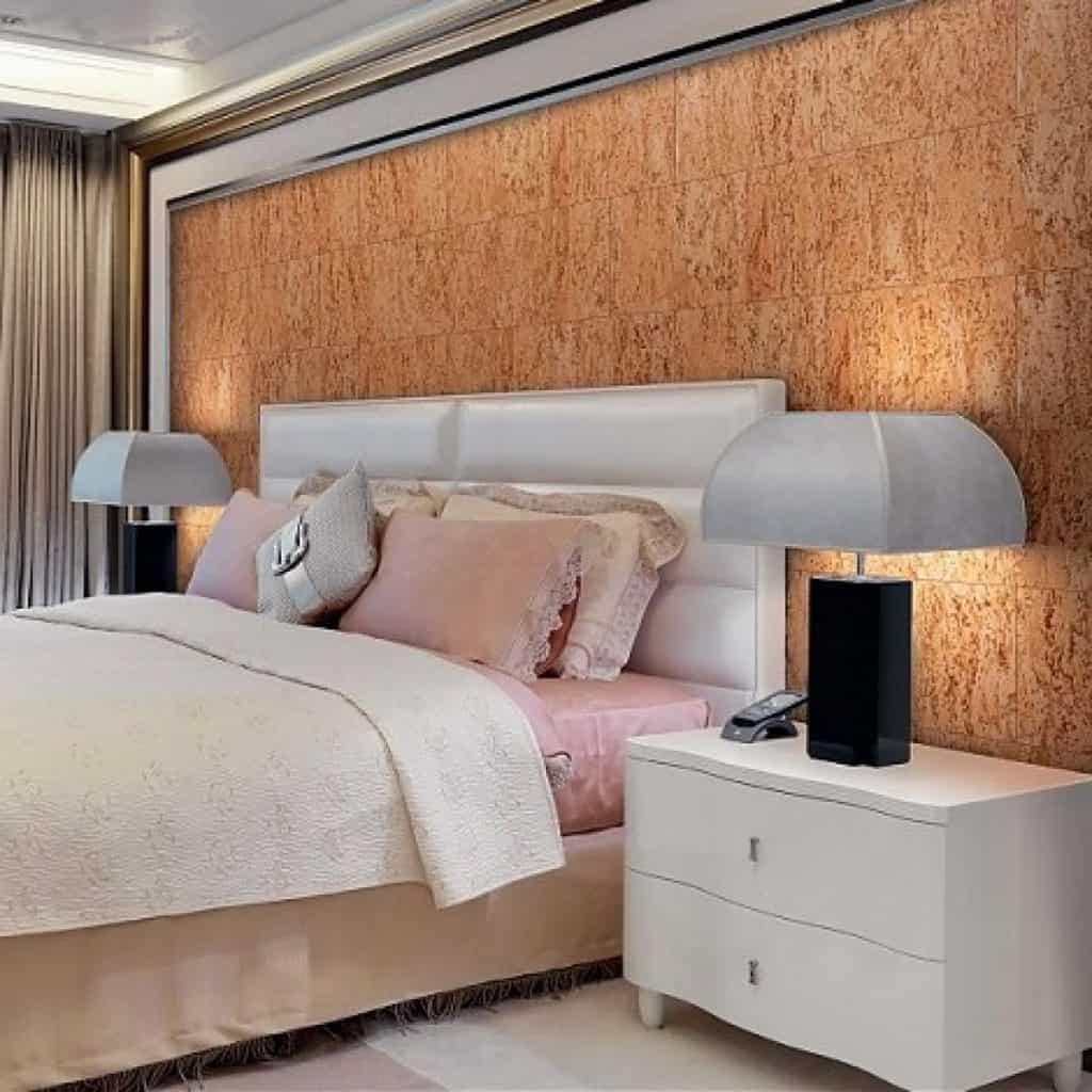panouri decorative din plută fiord natural montate pe un perete-accent, in spatele patului cu tablie alba
