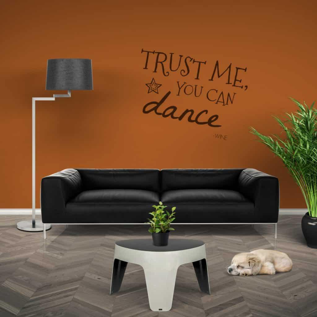 perete cu vopsea lavabila tabla de scris de culoare portocalie cu mesaj