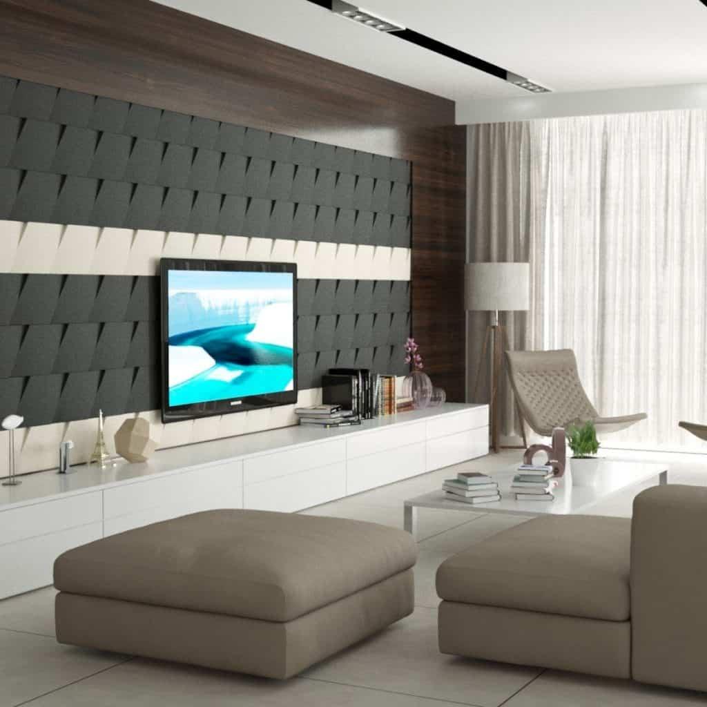 Perete amenajat cu panouri decorative din burete inchise la culoare pe care se afla un televizor, intr-o camera cu comoda, canapea, fotoliu si masa deschise la culoare