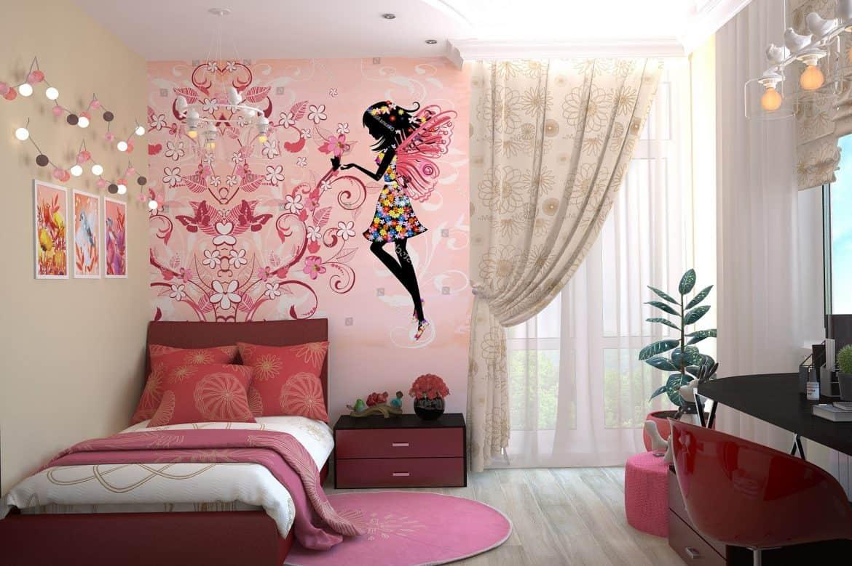Camera unei fete, cu pat, noptiera, masa si scaun, cu perete decorat cu motive inspirate din povesti