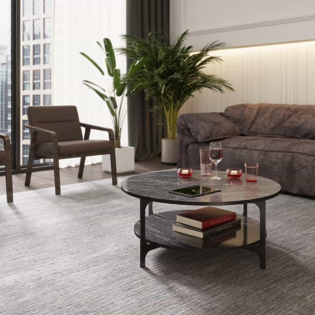 Masa de cafea intr-un living cu canapea, fotoliu, plante decorative, pe care se afla pahare, obiecte decorative si o tableta, cu carti pe raftul inferior