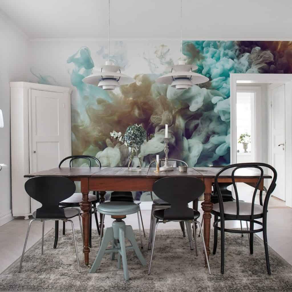 Perete cu fototapet Fum, care combina verdele, griul si albul intr-o incapere cu dulap alb și masa cu scaune