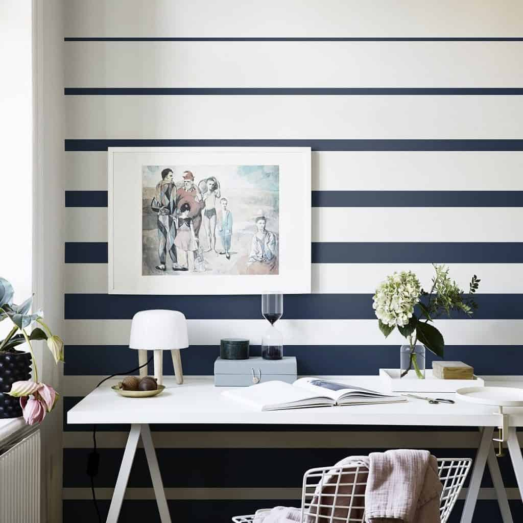 perete cu tapet lavabil dormitor 2020 de culoare alb in dungi albastre langa un birou alb