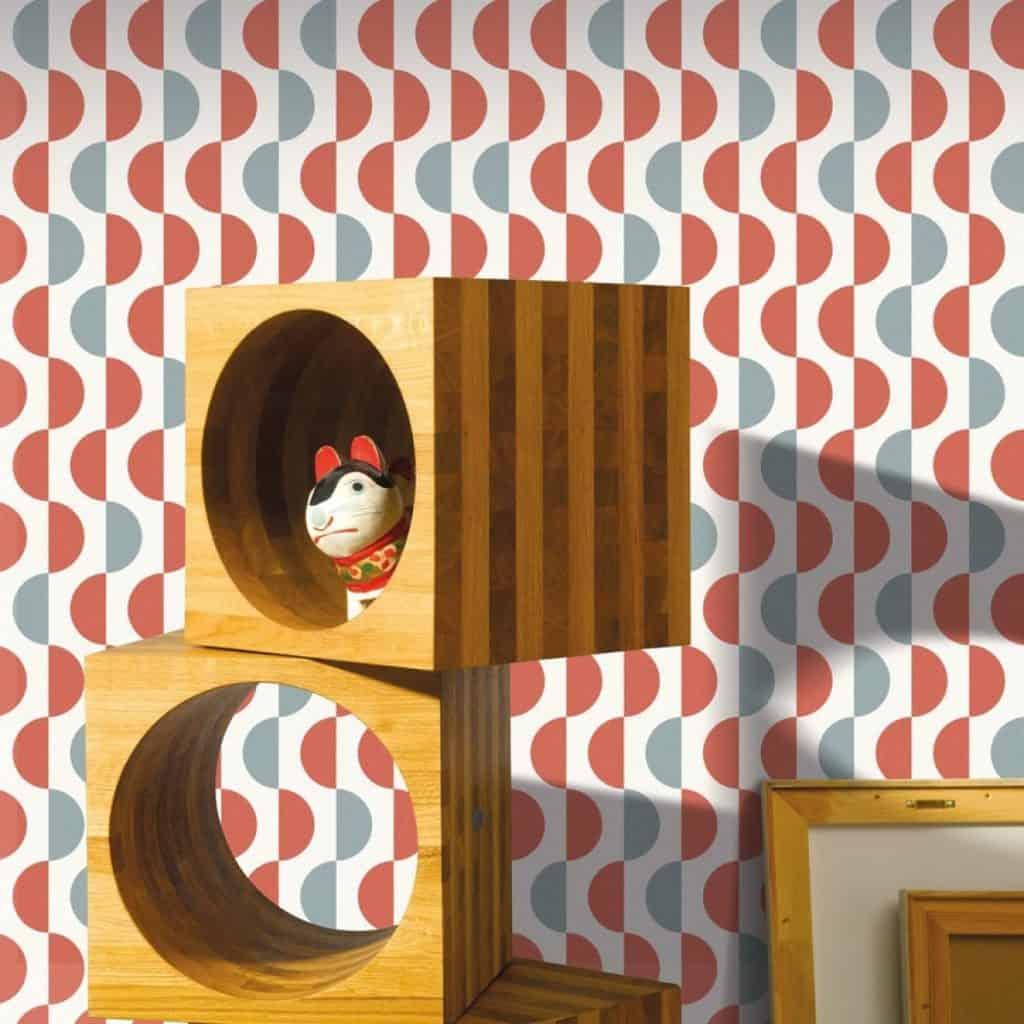 tapet dormitor copil de culoare corai, alb si gri, cu forme semicirculare de-a lungul unei linii verticale intr-o camera pentru copii cu mobila maro deschis