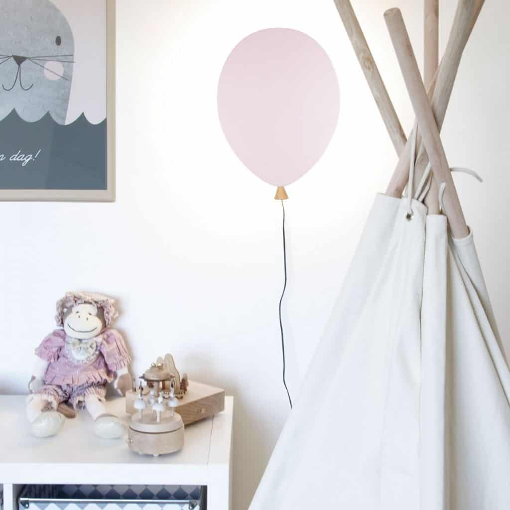 Aplica Balon pe un perete pe care se afla un tablou, intr-o camera in care se afla un cort si o comoda cu jucarii