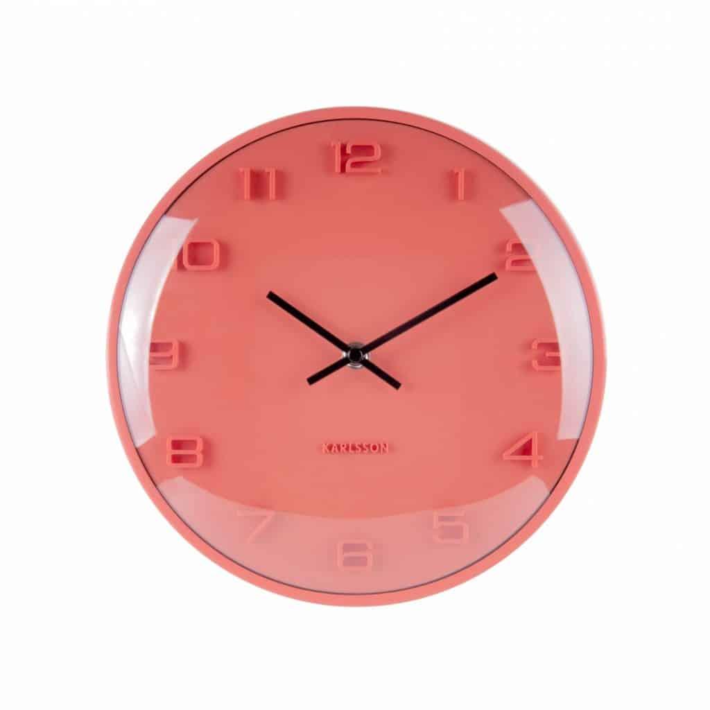 Ceas de perete rotund, portocali, cu ecran din sticla, care indica ora 10 si 10