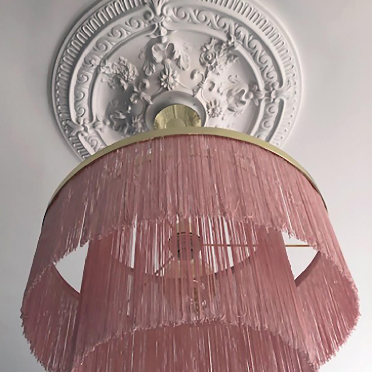 Lampă suspendată Frans, din metal, cu franjuri textile albe/roz/negre, Globen